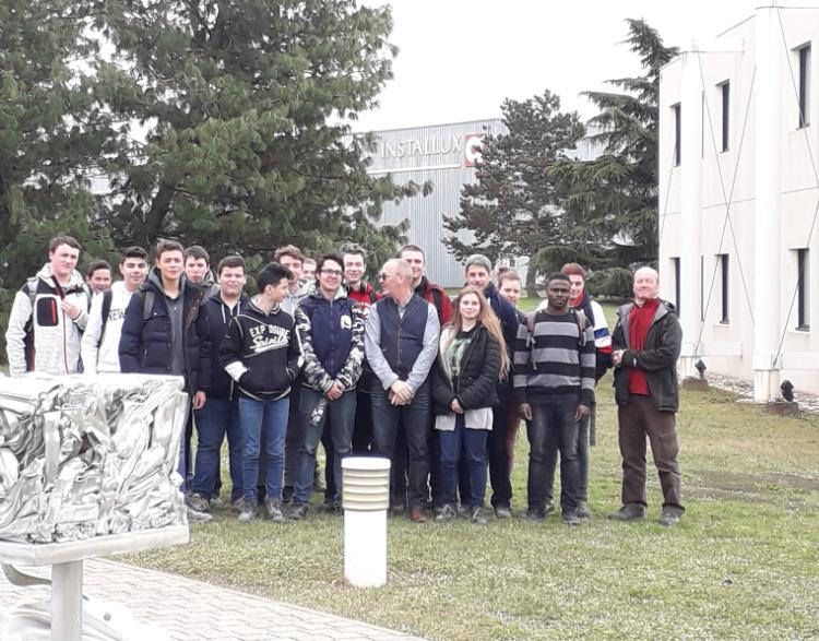 Photo de groupe devant l'usine INSTALLUX